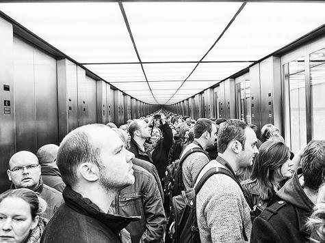 En caso de incendio. tome al elevador