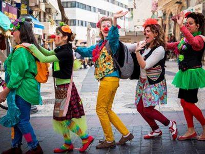 Al igual que en el carnaval, y como cantaba Serrat, en Purim todo se da vuelta...