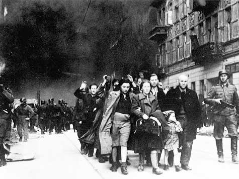 """El 19 de abril de 1943, el general de las SS nazis Jurgen Stroop necesita de 10.000 hombres armados de carros blindados, autoametralladoras y lanzallamas para vencer la resistencia de un puñado de luchadores judíos y lograr su objetivo de destrucción total del gueto de Varsovia. Dos años después, la Alemania nazi es derrotada y Stroop es encarcelado junto a un resistente polaco en prisión por error, Kazimierz Moczarski. Stroop toma por confidente a Moczarski , quien toma concienzudamente de los recuerdos de asesino que Stroop va desgranando uno por uno en su presencia. Luego de su liberación Moczarski publica esas confidencias con el título """"Dialogos con un verdugo"""" (publicadas en 1973 por el """"Centro de documentación judía contemporánea"""" de París) Uno de los pasajes más remarcables es el que Stroop dedica a las mujeres combatientes del gueto de Varsovia: """"Había también otro fenómeno característico, la participación en los combates de las mujeres judías. Estoy pensando en los grupos organizados de jóvenes del Haluzzenbewegung (el movimiento juvenil sionista Jalutz). Creo que no eran seres humanos, sino diablesas o diosas. Calmas, firmes, hábiles..Ágiles como acróbatas de circo A menudo tiraban con ambas manos, simultáneamente, con dos revólveres. Encarnizadas en el combate hasta el final. Peligrosas en el contacto directo. Una de esas jóvenes, Haluzzenmädel, capturada, tenía el aspecto de un inocente cordero. Totalmente resignada. Imagen Y de repente, mientras se acercaban algunos de nuestros soldados, ella sacó una granada y la arrojó a los SS. Sus maldiciones... hasta la décima generación por venir... Te ponían los pelos de punta. En esos casos sufríamos bajas; así que di la orden de no capturarlas, de no considerarlas como prisioneras de guerra, sino de asesinarlas de lejos bajo el fuego de las ametralladoras""""."""