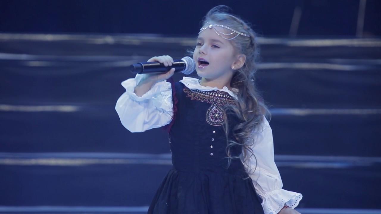 La niña más dulce del mundo canta en hebreo