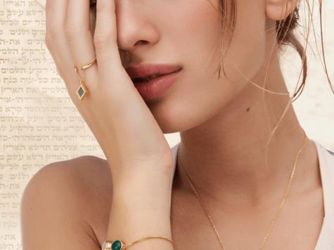 Crean joyas y bijouterie que contienen la Biblia entera