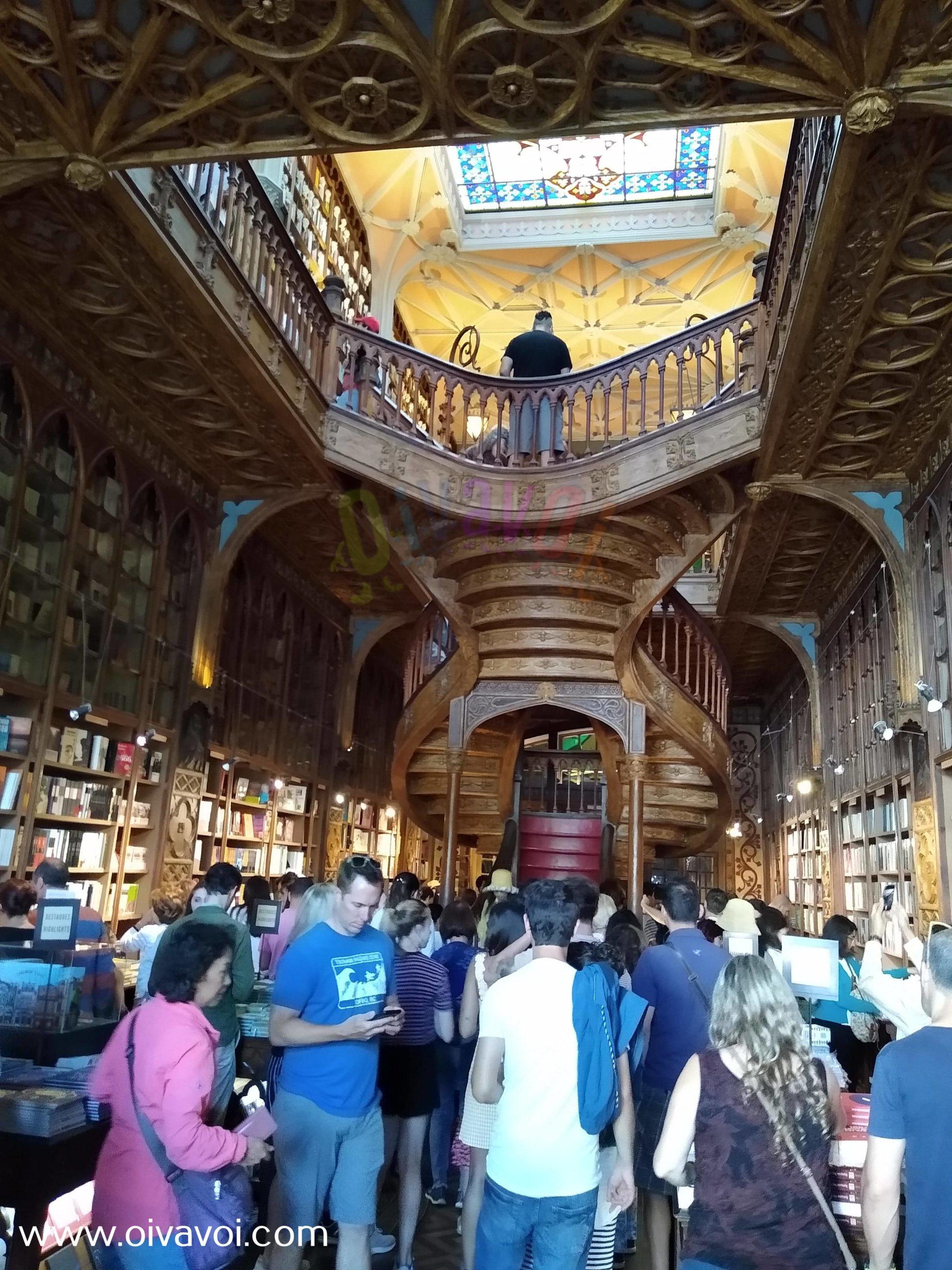 Escalera en la libreria Lello de Oporto