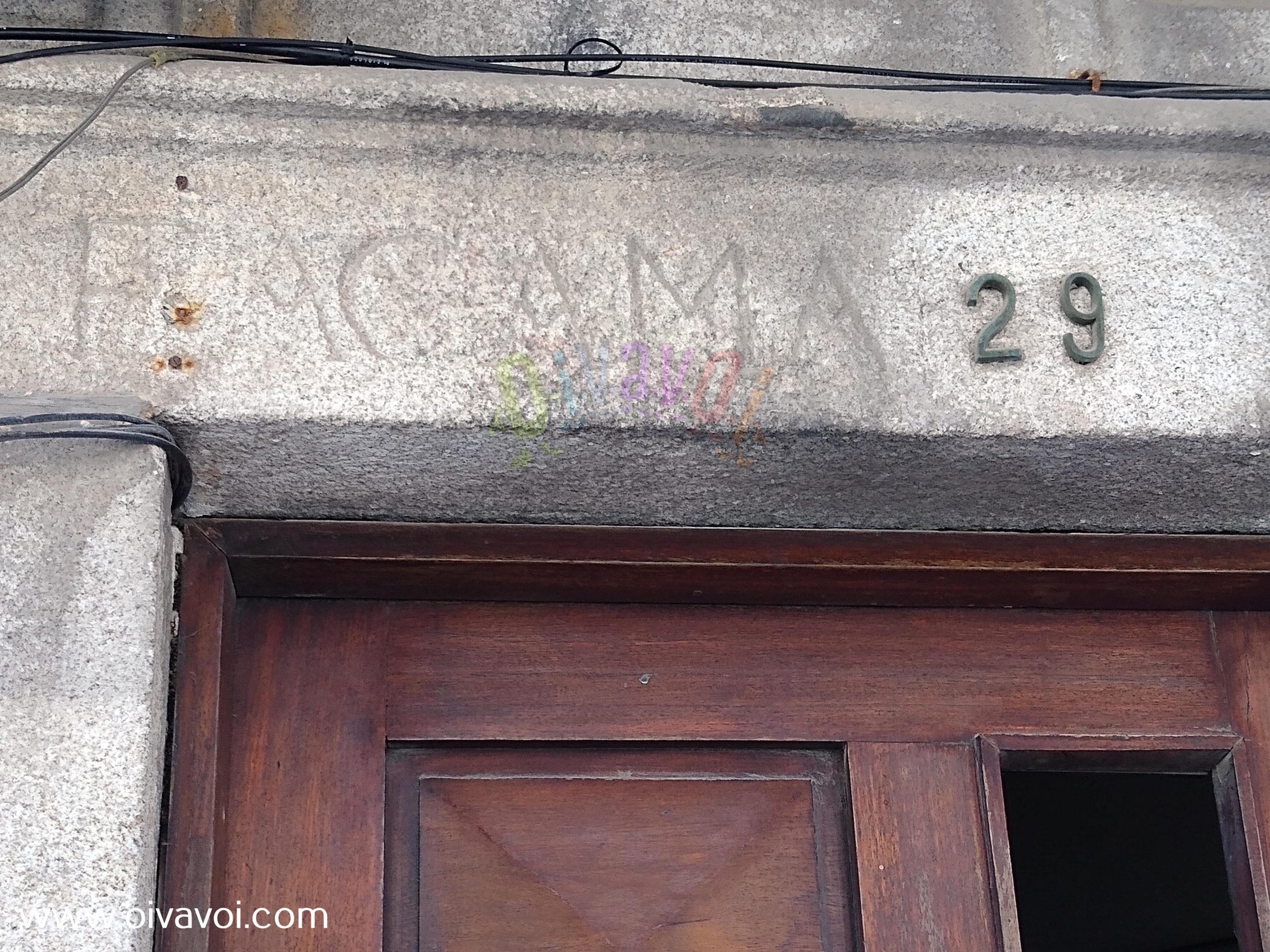 Casa con inscripciones en la rua de Sao Miguel