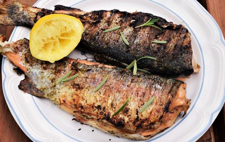 Pescado asado con ajo y limón